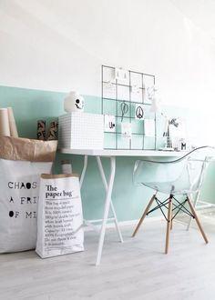"""<p style=""""text-align: justify;"""">Peindre un mur couleur Mint garantit une décoration fraîche et accueillante qui sait dynamiser quand il le faut, mais qui sait aussi rendre l'espace plus... Decoration, Office Desk, Bedroom, Inspiration, Furniture, Home Decor, Style, Pastel Colors, Wallpaper"""
