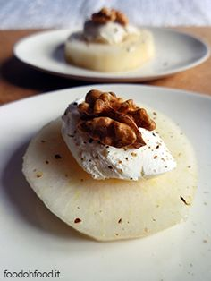 Recipe Easy and chic appetizer with pear, mascarpone cheese and nuts