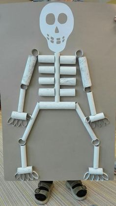Professor Tati Simões: Halloween: fun skeletons with alternative materials . - Professora Tati Simões: Halloween: divertidos esqueletos com materiais alternat… Professor Tat - Halloween Decorations For Kids, Halloween Crafts For Kids, Halloween Halloween, Vintage Halloween, Halloween Makeup, Halloween Costumes, Toddler Crafts, Preschool Crafts, Science For Kids