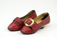 Pair of women's shoes, 1770-1780. Red leather, low curved heel.