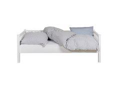Unser Couchbett ist vor allem eins: Wandelbar. Mit Rausfallschutz (separat erhältlich) können bereits kleine Kinder darin schlafen. Später dient es als normales Kinderbett und Jugendliche nutzen das Bett als Couch zum Entspannen oder als Gästebett. Apropos Gäste: In Kombination mit unserem Jump-up-Bett, das sich platzsparend unter dem Couchbett verstauen lässt, steht bei Bedarf ruckzuck ein zweiter Schlafplatz zur Verfügung, und das auf gleicher Höhe wie das Couchbett - genial.