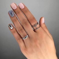 The advantage of the gel is that it allows you to enjoy your French manicure for a long time. There are four different ways to make a French manicure on gel nails. Gorgeous Nails, Love Nails, Pink Nails, Glitter Nails, Nail Manicure, Nail Polish, Manicures, Gray Polish, Nail Ring