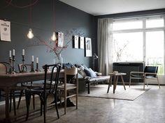 Vardagsrum i lägenhet med grå väggar