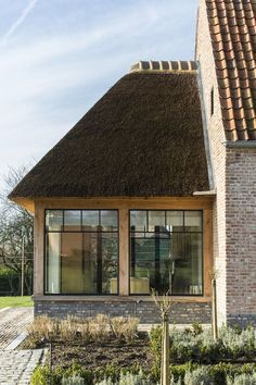 Architect Gruwez | Architectenbureau Idee rieten dak (gecombineerd met wit)