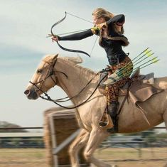 Read Garotas com flechas from the story Imagens maravilhosas para capas by Zahraa_Zuber with 420 reads. Archery Girl, Archery Bows, Archery Hunting, Bow Hunting, Character Inspiration, Character Design, Mounted Archery, Photo Animaliere, Traditional Archery