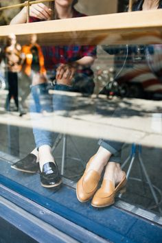 fall shoes from everlane | coffee shop sitting