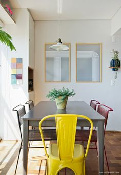 33-decoracao-varanda-sala-jantar-integrada-cadeiras-coloridas
