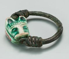 Ring with a Feline's Head Period: New Kingdom Dynasty: Dynasty 18 Reign: reign of Ahmose–Thutmose III Date: ca. Medium: Steatite (glazed), copper Green glazed steatite lion head seal, mounted on copper wire ring Met Museum Egypt Jewelry, Jewelry Art, Jewelry Design, Ancient Egyptian Jewelry, Medieval Jewelry, Art Antique, Antique Jewelry, Cats In Ancient Egypt, Ancient History