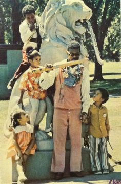 Rahsaan Roland Kirk playing for children in the park. Roland Kirk, Hard Bop, Free Jazz, Jazz Musicians, Jazz Blues, Wonders Of The World, Family Photos, Musicals, Superhero