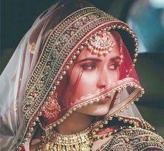 Indian bridal dupatta draping 25 ideas for 2019 Bridal Poses, Bridal Photoshoot, Bridal Portraits, Indian Wedding Photography Poses, Bride Photography, Fashion Photography, Photography Ideas, Makeup Photography, Abstract Photography