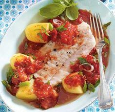 Mediterranes Fischfilet auf Tomatenragout
