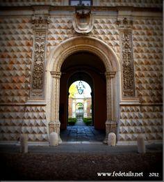 L'entrata del Palazzo dei Diamanti, Ferrara, Emilia Romagna, Italia - The entrance to the Palazzo dei Diamanti, Ferrara, Emilia Romanga, Italy - Property and Copyrights of www.fedetails.net