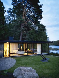 Architect Buster Delin's self-designed, ultra-modern cottage is a distillation of childhood holidays on the family estate of Lundnäs. Photo by Patric Johansson, Styling by Myrica Bergqvist, Courtesy of My Residence Magazine and Aller Media. Design Exterior, Interior And Exterior, Swedish Interiors, Modern Mountain Home, Interiors Magazine, Exterior Cladding, Modern Cottage, Swedish House, Modern Architecture House