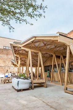 #2015WoodAwards_CommercialandLeisure - Constellations Bar 昔日的工業區,今日的藝術地。 在英國利物浦一個堆放廢棄物的空地上,英國家具設計師休・米勒和他的弟弟建築師霍華德・米勒,花了三個月時間打造出這個臨時酒吧。以格狀組出的三個不同三角形形狀的屋頂結合在一起,若站在遠一點的地方看,就可以發現三角形的角度是模仿這塊空地背後的舊磚瓦倉庫的造型,形成對比的趣味。 空地上還擺放了橡木做成的三角形桌椅,這個容易拆卸、搬移的酒吧設計,不僅設計感十足,還能夠適用在不同的臨時場合。 via Howard Miller Design