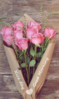 Wrapping Fresh Flowers * Long stemmed flowers can simply be wrapped in an artful way, with craft paper * from Ana Rosa Pretty Roses, Beautiful Roses, Romantic Roses, Love Flowers, My Flower, Flower Bokeh, Fresh Flowers, Order Flowers, Rosen Box