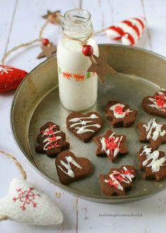 Biscotti al cacao vegan senza burro, senza uova e senza latte, profumati alla cannella e decorati per Natale. Ricetta facile e veloce.
