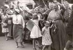 Vorstenhuizen, koningshuis Nederland. De verloving van Juliana(1909-2004) en Bernhard. Juichende vrouwen, waarvan enkele in klederdracht, bij het defilé voor Paleis Noordeinde. Den Haag, Nederland, 1936. #ZuidHolland #Scheveningen