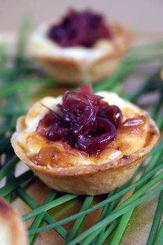 Baby quiches with Gorgonzola cheese, red onion and thyme
