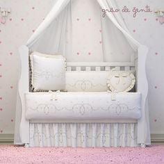 O sonho de qualquer mamãe e dar para sua princesinha o máximo de conforto e exclusividade! No Quarto de bebê Alice Bege, você encontra tudo isso com muita delicadeza!