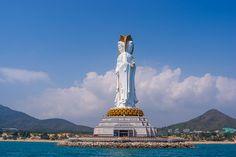 La gran estatua de #Guan #Yin del Mar del Sur de Sanya se sitúa en la costa sur de la isla de Hainan, en #China, ubicada en el #Nanshan Buddhist Cultural Park. Una colosal estatua que se alza majestuosa ciento ocho metros sobre su pedestal, alcanzando una altura total de ciento treinta y cinco metros e integrando una de las mayores estatuas erigidas en el mundo.