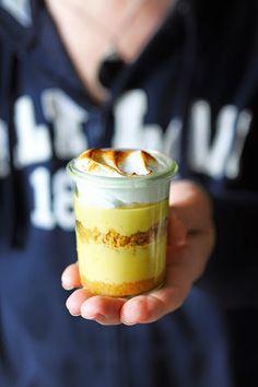 Tartes au citron pique-niqueuses en verrines for you! Dorian Cuisine, Amazing Food Photography, Mousse, Food Truck, Sweet Recipes, Cupcake Cakes, Dessert Recipes, Dessert Cups, Sweet Tooth