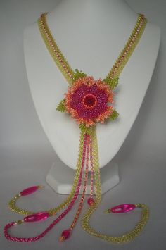 I combined my Hidden Depths flower (design by Lynn Firth) with 'Royal Chains Lariat' by Kelly Wiese (Beadwork Magazine Oct/Nov I added a brooch to the back of the flower so it can be worn on the lariat or as a brooch. Jewelry Making Tutorials, Beading Tutorials, Beading Patterns, Beaded Jewelry Designs, Bead Jewellery, Bead Crafts, Jewelry Crafts, French Beaded Flowers, Bead Art