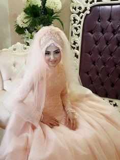 Setr-i Nur Moda Tasarım & Tesettür Gelin Başı Tasarım Giyim Arab Wedding, Wedding Wear, Wedding Dresses, Bridal Hijab, Hijab Niqab, Muslim Couples, Hijab Fashion, Wedding Photos, Hijab Styles