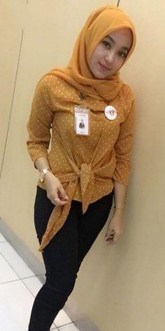 Foto Cewek Jilbab Cantik Kesepian Di Mojokerto Beautiful Hijab, Young And Beautiful, Beautiful Asian Girls, Gorgeous Women, Beautiful Outfits, Muslim Girls, Muslim Women, Crazy Girls, Cute Girls