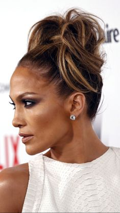 Jennifer Lopez Messy Long Hair Updo For Date Night For Women Over 50 - My list of women's hair styles Jlo Makeup, Hair Makeup, Business Hairstyles, Up Hairstyles, Maquillage Jlo, Hair Styles For Women Over 50, Make Up Braut, Corte Y Color, Natural Hair Styles