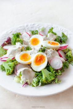 Sałatka z brokułami, jajkiem i sosem jogurtowym