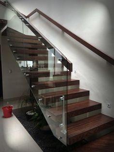 Pasamanos combinado vidrio, madera y acero inoxidable Modern Stair Railing, Stair Railing Design, Staircase Railings, Wooden Staircases, Modern Stairs, Glass Handrail, Glass Stairs, Wood Stairs, House Stairs