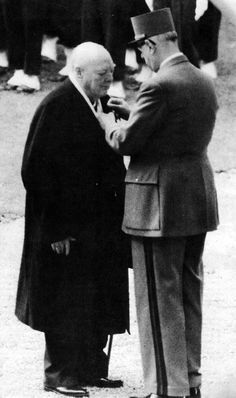 Winston Churchill receiving the Cross of the Liberation from President de Gaulle Winston Churchill, Churchill Quotes, Historical Quotes, Historical Pictures, Interesting History, Interesting Stuff, Non Plus Ultra, Gaulle, Isabel Ii