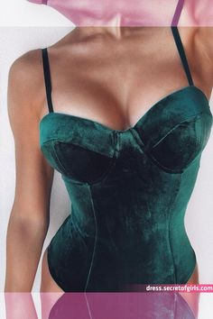 Pin on Looks By Emprada Plus Lingerie, Green Lingerie, Sexy Lingerie, Lingerie Sets, Lingerie Models, Green Velvet Dress, Velvet Suit, Velvet Bra, Emerald Green Outfit
