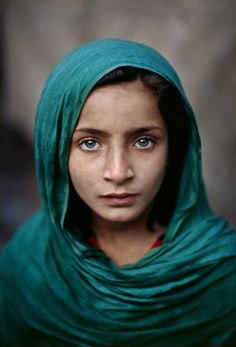 Steve McCurry: Child from Peshawar, Pakistan (2002)  Steve McCurry: Niña de Peshawar, Pakistán (2002)