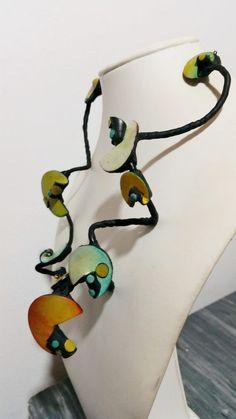 Collana in argilla polimerica - Pezzo unico - Design originale - lunghezza totale cm. 52 ca. - lunghezza da cima a fondo cm. 25 Ca.  Catena: argilla polimerica, alluminio, caucciù Chiusura: bronzo  -------------------------------------------------------------------------  Sei invitato a visitare il mio negozio e a dare unocchiata al mio lavoro. Largilla polimerica permette infinite possibilità creative: è possibile personalizzare abiti e creare accessori su misura (decorazioni, bottoni…