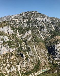 A scene from yesterday's cycle route around the Gorges du Verdon. Breathtaking and definitely one of the most beautiful rides I've completed. It wasn't without challenges some 1800m of climbing and temps hitting 39 degrees. This remarkable cycle tan I've earned was worth it. Contact me if you want the gpx file . . #gorgesduverdon #cyclingpics #cyclingday #explorefrance #explorebybike #exploreprovence #distancetohere #turcoise #turcoisewater #bastielleday #gpxfile #outsideisfree #lightbro…