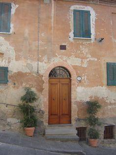 Doorway in Cetona, Italia