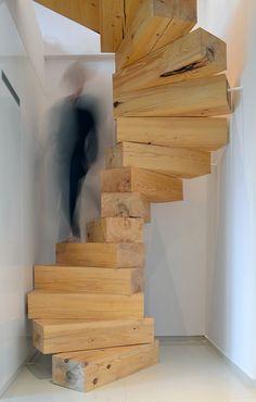 Perfetto progetto di scala in legno creata con grossi blocchi che girano a spirale intorno a un punto centrale - idee scale moderne rustiche