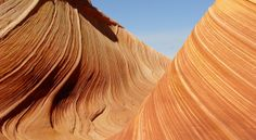 The Wave, Arizona, EUA Provavelmente Marte seja assim. Esse local forma um pequeno cânion com paredes que possuem curiosas linhas horizontais onduladas que criam um verdadeiro efeito psicodélico, com cores avermelhadas, cinzas e turquesas. O grande barato é caminhar entre essa curiosa formação natural e se sentir de outro mundo.