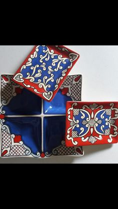 Baixo esmalte Lu Heringer Tile Art, Tiles, Ceramic Plates, Decorative Plates, Modern Serveware, Meli Melo, Pottery Studio, Sunglasses Case, Ceramics
