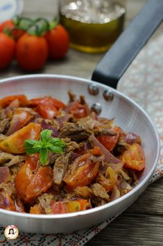 Carne lessa ripassata in padella con pomodori e cipolle - Ricetta del riciclo Recipe of LESSA MEAT PASSED IN A PAN with cherry tomatoes and onions. A perfect second course to recycle or consume boiled Brunch, Oreo Cheesecake, Cherry Tomatoes, Pot Roast, Meat Recipes, Stew, Food And Drink, Yummy Food, Favorite Recipes