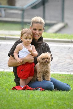 Star-Kinder: 1. September 2014: Michelle Hunziker und Töchterchen Sole machen einen Familienausflug. Auch Hund Lilly ist mit dabei.