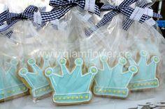 Ο μικρός πρίγκιπας γεννήθηκε και ο βασιλιάς με την βασίλισσα του ετοίμασαν την μεγάλη μέρα της βάπτισης του. Το σετ με τα βαπτιστικά του μικρού πρίγκιπα αποτελούταν από μια χειροποίητη λαμπάδα βάπτισης με βαμβακερά γαλάζια και καρό υφάσματα, ένα χειροποίητο υφασμάτινο κουτί βαπτιστικών, κεντημένα λαδόπανα με κορώνα και το απαραίτητο μπουκαλάκι με το λάδι της βάπτισης. Η γιρλάντα γυψοφύλλης και τα μπουκέτα με τα λευκά τριαντάφυλλα στόλισαν την κολυμπήθρα της βάπτισης. Ένα λαμπερό τραπέζι....