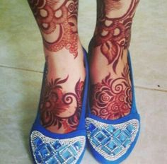 // gorgeous henna on feet. Leg Henna Designs, Arabic Henna Designs, Beautiful Henna Designs, Beautiful Mehndi, Simple Mehndi Designs, Tattoo Henna, Henna Mehndi, Mehendi, Henna Body Art