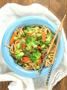 pasta con brocoli y zanahoria (creo lleva un poco de salsa de soya)