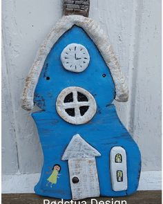 Lite hus laget til å henge på veggen. Clock, Design, Home Decor, Sculpture, Watch, Decoration Home, Room Decor, Clocks