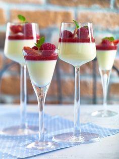 White chocolate pannacotta and raspberry coolee (italian desserts panna cotta) Fancy Desserts, Just Desserts, Delicious Desserts, Dessert Recipes, Yummy Food, Italian Desserts, Dessert Parfait, Dessert Cups, Dessert Shooters
