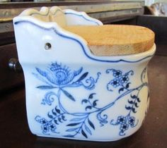Vintage Blue Danube Salt Box with Wooden Flip Top Lid Blue Danube China, Blue And White China, Vintage Dishes, Vintage Glassware, Butter Bell, Salt Pig, Salt Cellars, Spice Containers, Blue Onion