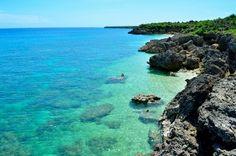 沖縄の離島といえば石垣島や西表島、渡嘉敷島などが有名ですが、少し違った魅力を持った離島もあるんです。「神の島」と呼ばれる久高島は島全体が神聖な土地とされる聖なる島。琉球王朝時代から現代まで信仰と伝統が守られてきたこの島は、日本最後の聖域といっても過言ではありません。