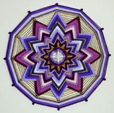 Wanddeko - KRONENCHAKRA GARN MANDALA - Ojo De Dios (Ø40 cm) - ein Designerstück von Dr-MariRich bei DaWanda